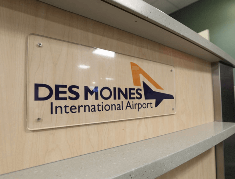 des moines hourly airport parking logo1